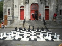 Un tournoi d'échecs géants dans une église